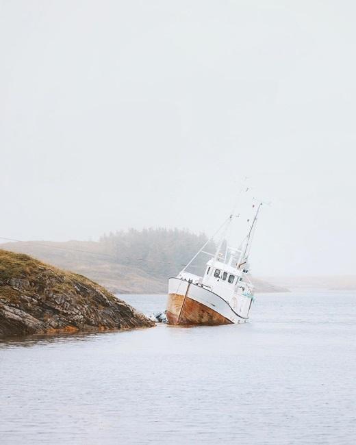 Xácthuyền cũ bị đắm được giữ lại như một món trang sức độc lạ cho vùng đảo Vega, Na Uy.(Nguồn IG @odahjelm)
