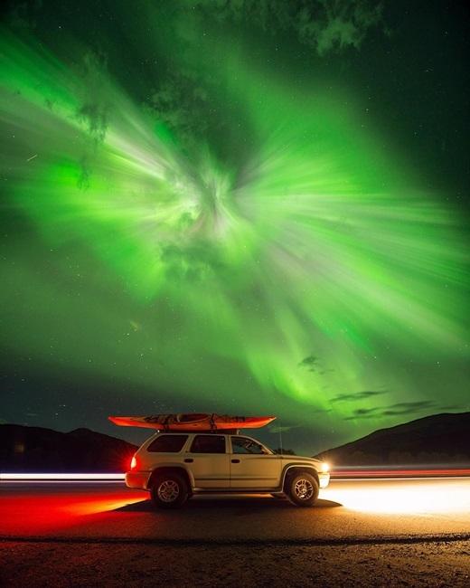 Một đêm ở Alaska, bạn sẽ ngỡ như mình đang lạc vào thế giới khác - nơi những quầng sáng Aurora kì diệu vây lấy không gian. (Nguồn IG @bejamin)