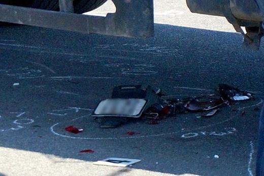 Xe máy bị hư hỏng nặng sau cú tông mạnh. Ảnh: Đ.K