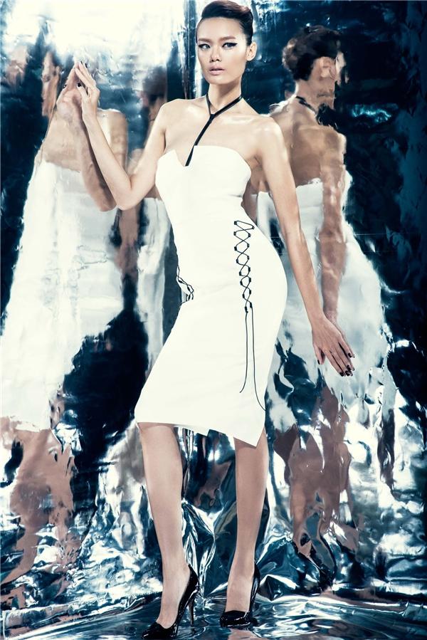 Cùng phom váy trắng ôm sát nhưng hai thiết kế lại mang hai màu sắc khác nhau.