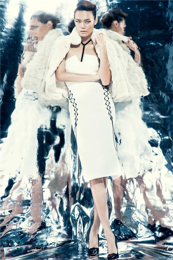 Tổng thể trở nên kín đáo, chừng mực hơn nhờ chiếc áo khoác lông đi kèm - một trong những trang phục, chất liệu đặc trưng của mùa thời trang Thu - Đông.