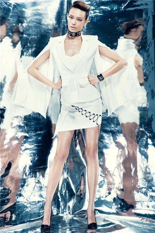 Kiểu vest truyền thống đã được làm mới khi được phối hợp với phần tay cape từng làm mưa làm gió trong hơn nửa đầu năm 2015. Và đến nay, mốt trang phục này vẫn chưa có dấu hiệuhạ nhiệt. Càng đặc biệt hơn khi chiếc áo này lại được kết hợp với váy ôm gợi cảm theo phong cách tông xuyệt tông.