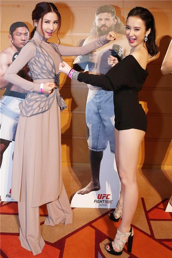 """Cả hai người đẹp tạo dáng """"đối đầu"""" với nhau. - Tin sao Viet - Tin tuc sao Viet - Scandal sao Viet - Tin tuc cua Sao - Tin cua Sao"""