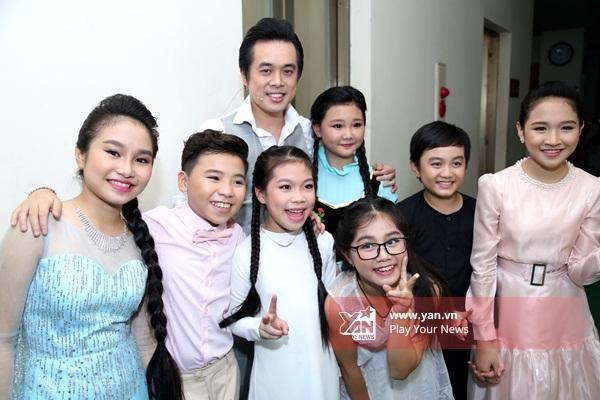 Huấn luyện viên Dương Khắc Linh vui vẻ bên các học trò nhí. - Tin sao Viet - Tin tuc sao Viet - Scandal sao Viet - Tin tuc cua Sao - Tin cua Sao