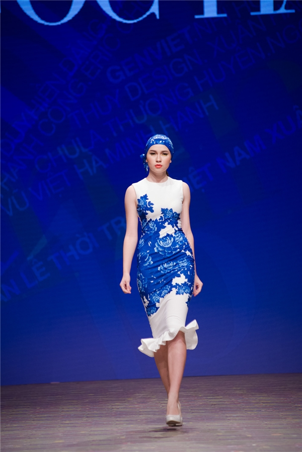 """Hoa hậu Ngọc Hân gây ấn tượng với trang phục """"bình sứ di động"""""""