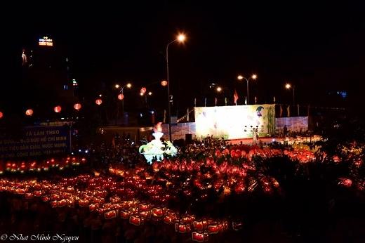 Rước đèn là một trong số những lễ hội quan trọng và được mong đợi nhất của thành phố Phan Thiết.