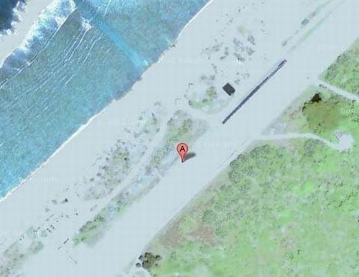 Trên đảo Minami Torishima, nằm ở ngoài khơi bờ biển Nhật Bản cũng có 1 điểm bị Google Maps che mờ, đó là sân bay Minami Torishima. Việc che mờ là đảm bảo cho các hoạt động quân sự bởi nơi đây có lựclượng tự vệ biển Nhật Bản đóng quân. (Ảnh chụp màn hình)