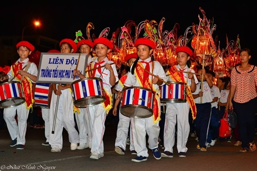 Đêm hội trăng rằm bắt đầu,các em học sinh di chuyển theo hàng diễu hành trên các trục đường chính của Phan Thiết.