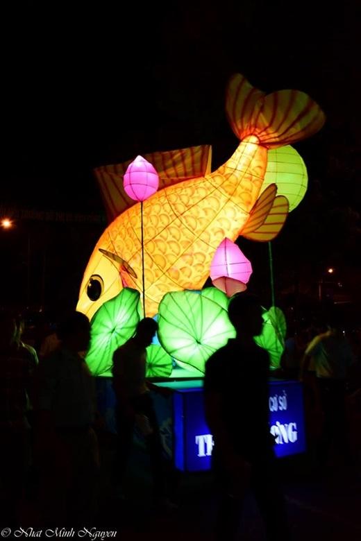 Lồng đèn lớn của các đơn vị tham gia rất đa dạng nhưng phải gần gũi và gắn liền với các em học sinh như hình cá chép...