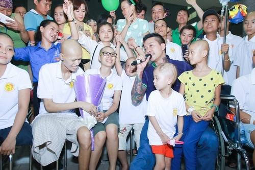 Tuấn Hưng bật khóc trước các bệnh nhân ung thư - Tin sao Viet - Tin tuc sao Viet - Scandal sao Viet - Tin tuc cua Sao - Tin cua Sao