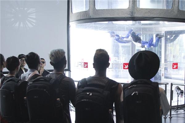 Tại đất nước Singapore xinh đẹp, top 7 thí sinh đã được trải nghiệm một thử thách chụp ảnh khá thú vị. Nếu như bộ ảnh trước là độ sâu hơn 4 mét của lòng thủy cung thì lần này các thí sinh lại được đưa lên độ cao hơn 10m trong lồng kính mô phỏng môn nhảy dù tự do.