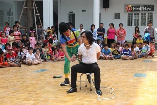 Anh Minh Tâm (chú hề) và Minh Quang (áo trắng) đang biểu diễn ảo thuật cho các bé tiểu học. Đối với đoàn xiếc Ngọc Viên, họ không cầu kìchọn lựa sân khấu, đối tượng nào, nơi nào mời dù xa xôi họ cũng đến.