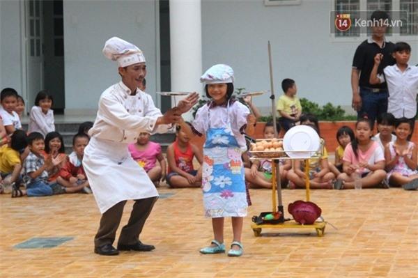 Anh Minh Mẫn (con trai cả ông Đức) biểu diễn cùng một học sinh, các em luôn háo hức khi được tham gia vào các tiết mục biểu diễn.