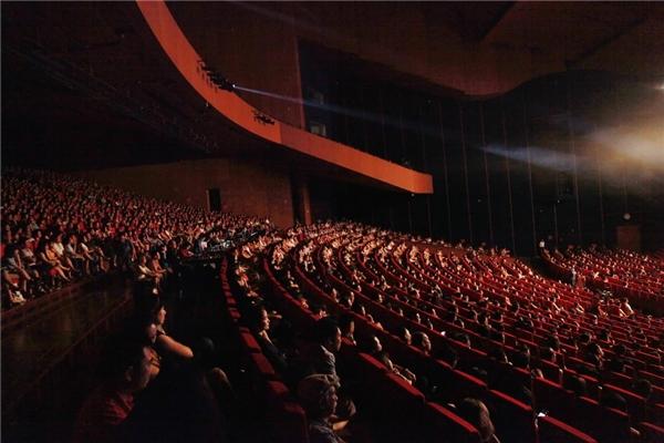 Khán phòng hơn 4.000 chỗ ngồi được lấp kín không còn ghế trống trong live concert Đêm tình nhân 2. - Tin sao Viet - Tin tuc sao Viet - Scandal sao Viet - Tin tuc cua Sao - Tin cua Sao