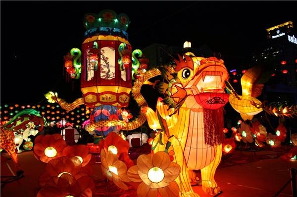 Cứ đến dịp Trung thu, các em thiếu nhi được tham gia rước đèn, múa lân, múa sư tử. Ảnh nguồn: Internet