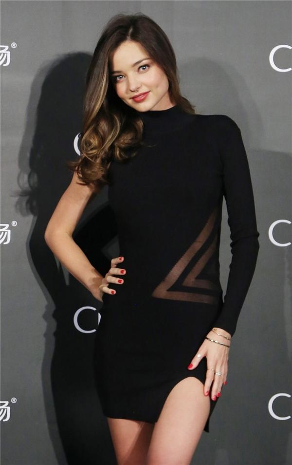 Những váy áo cắt xẻ táo bạo hay ôm sát khoe đường cong cơ thể luôn được Miranda Kerr tích cực lăng xê.
