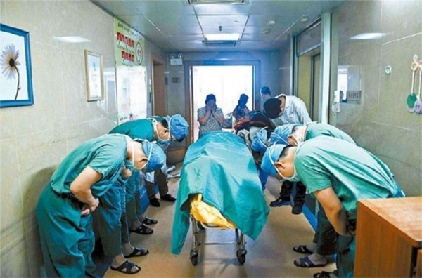 Trung Quốc: Cậu bé 11 tuổi bị u gan não đã yêu cầu hiến nội tạng để cứu sống tính mạng của người khác. Tập thể bác sĩ đã cúi đầu để bày tỏ lòng biết ơn đới với cậu bé và người mẹ.