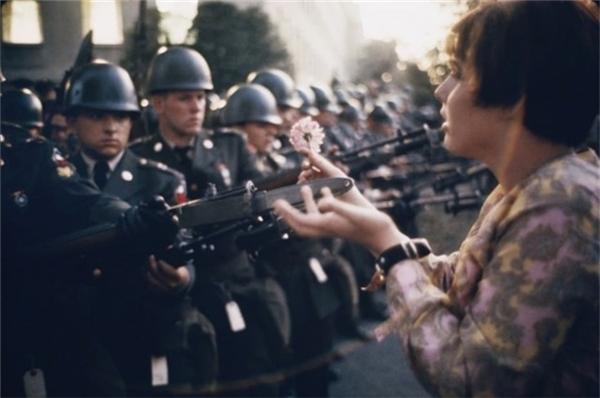 Cô bé mười bảy tuổi - Jan Rose Kasmir đã tặng bông hoa cho một người lính trong một cuộc biểu tình chống chiến tranh gần Lầu Năm Góc, 1967.