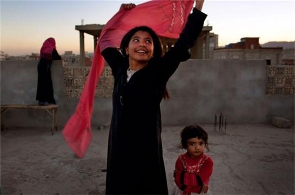 Một cô gái 10 tuổi mỉm cười hạnh phúc sau khi được cấp giấy ly dị với người chồng cũ.