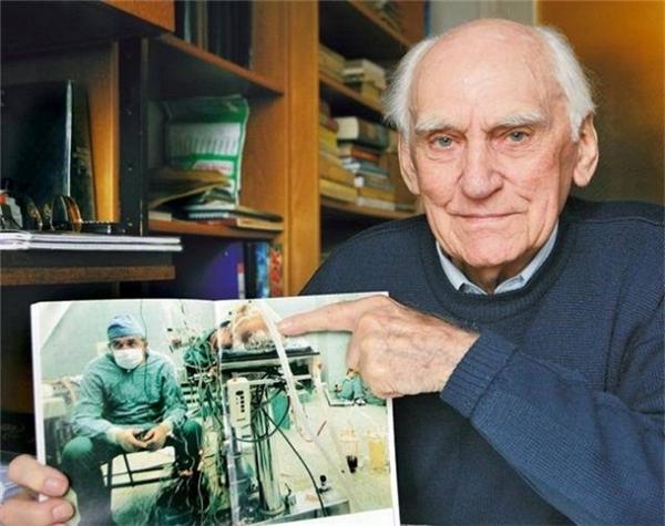 Bệnh nhân ông không hoàn toàn khỏi hẳn, nhưng đã sống lâu hơn vị bác sĩ phẫu thuật -người đã qua đời vào năm 2009.