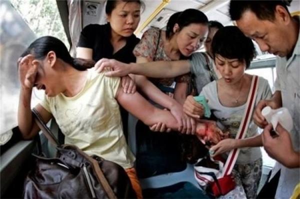 Trung Quốc: Mọi người xúm lại ngăn cản người phụ nữ định tự tử.