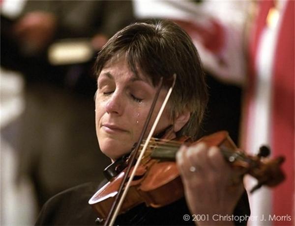 Vancouver: Một nhạc sĩ không kiềm được nước mắt khi tưởng niệm các nạn nhân 11/9.