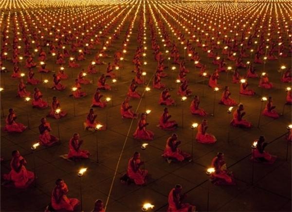 100.000 nhà sư cầu nguyện cho hòa bình thế giới.