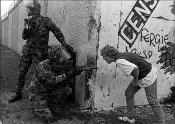Một thiếu niên Ireland hét vào mặt những người lính Anh trong giai đoạn rối loạn ở Bắc Ireland.