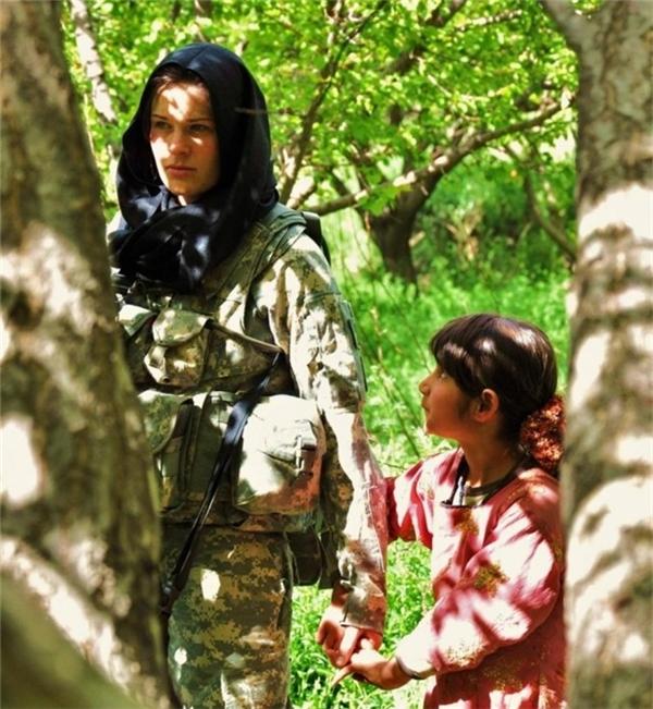 Afghanistan: Một bé gái cầm tay của người lính Mỹ.