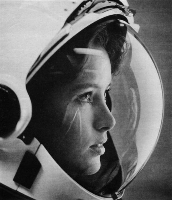 Phi hành gia Anna Lee Fisher trên trang bìa của tạp chí Life vào năm 1985. Cô trở thành người mẹ đầu tiên trong không gian.