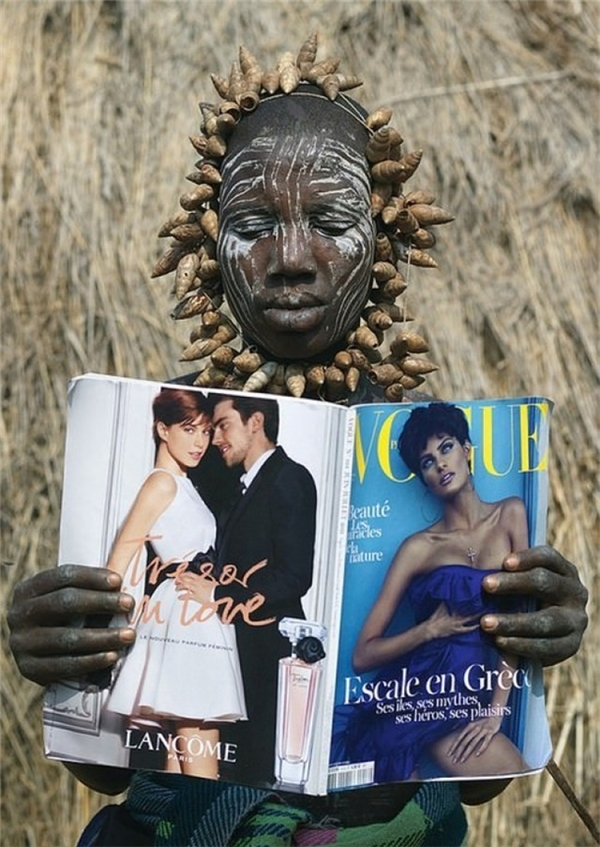 """Một phụ nữ ở bộ lạc Mursi của Ethiopia lần đầu tiên được đọc tạp chí """"Vogue""""."""
