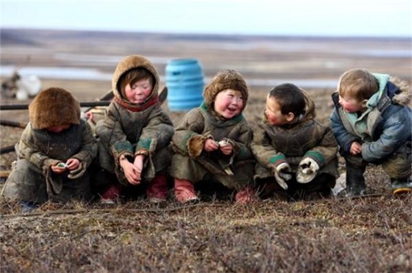 Trẻ em sống trong vòng Bắc Cực. Tazov Peninsula, Nga.