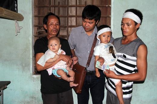 PV Dân trí trao 1.000.000 tiền của một nhà hảo tâm cho anh Thọ, để anh có thêm kinh phí đưa bé Ngọc đi chữa trị.