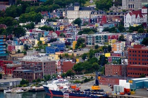 """St. John's, Canada: St.John là một trong những thành phố lâu đời nhất ở Canada, với truyền thống lịch sử phong phú. Nơi đây là một thành phố tuyệt đẹpvới kiến trúc đáng kinh ngạc và là một trong những nơi đầy màu sắc nhất trong thế giới. Ở đoạn đường """"Jellybean Row"""", các ngư dân thường sơn tường nhà màu tươi sáng để mọi người có thể dễ quan sát thấy chúng từ biển."""