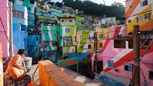 Rio de Janeiro, Brazil: Chính phủ Brazil đã trang trí lại các khu ổ chuột ở Rio de Janeiro, và nghệ sĩ Haas Hahn đã biến những khu ổ chuột này thành một tấm vải màu khổng lồ. Ngày nay, những đường phố rực rỡ ở thành phố Rio de Janeiro trở thành điểm thu hút khách du lịch với những ngôi nhà đa sắc và tia sáng cầu vồng tỏa ra từ các bức tường.
