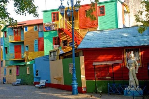 Buenos Aires, Argentina: Được biết đến như là một bảo tàng ngoài trời, khi khách du lịch đi bộ xuống đường phố có thể dễ dàng ngắm nhìn những tác phẩm nghệ thuật hay những tác phẩm graffiti.
