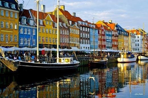 Nyhavn, Đan Mạch: Những tòa nhà được xây dựng sát bờ sông này có từ thế kỷ 17 với màu sắc vô cùng sặc sỡ.