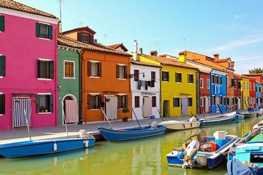 Burano Island, Italy: Burano là một trong 4 hòn đảo xinh đẹp thuộc thành phố Venice, Italy. Những đường phố, kênh đào ở đây nối liền những ngôi nhà rực rỡ và các bức tường đầy các hình vẽ. Những ngôi nhà ở đây được sơn màu một cách có sắp xếp, chủ sở hữu ngôi nhà muốn được sơn màu nhà đều phải có sự xin phép của chính quyền.
