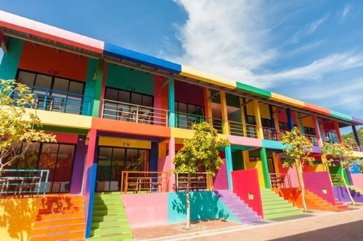 Pattaya, Thai Lan: Pattaya không chỉ nổi tiếng là nơi có những bãi biển đẹp mà nơi đây còn thu hút khách du lịch bởi những nhà hàng, khách sạn được sơn màu rất bắt mắt.