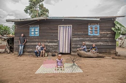 Trong ngôi làng nhỏ nghèo khó, Esther dần lớn lên trong sự bao bọc của mọi người.(Nguồn: Bored Panda)
