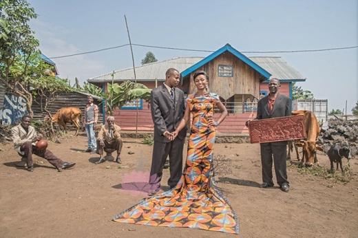 Đám cưới của cô gái nhỏ ngày nào diễn ra trong những lời chúc phúc từ phía gia đình và làng xóm.(Nguồn: Bored Panda)