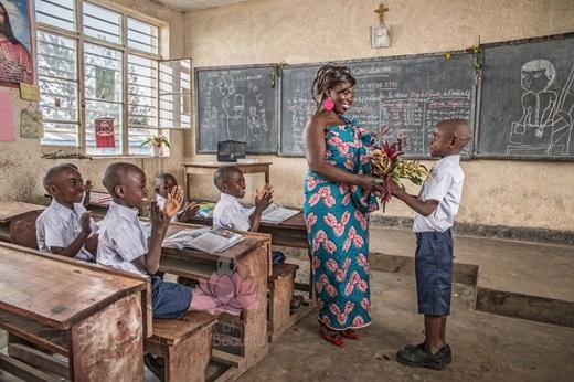 Và rồi Esther trở thành một cô giáo được nhiều học sinh yêu quý, ngày ngày dìu dắt thế hệ tương lai của đất nước, để các em có một tương lai tươi sáng hơn.(Nguồn: Bored Panda)