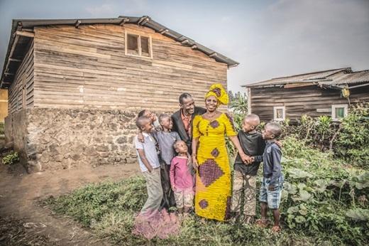 Thời gian cứ thế trôi đi, Esther thể hiện tốt vai trò là một người vợ hiền, một người mẹ đảm đang, một cô giáo tận tâm với nghề và đồng thời là một người phụ nữ có uy tín trong cộng đồng.(Nguồn: Bored Panda)