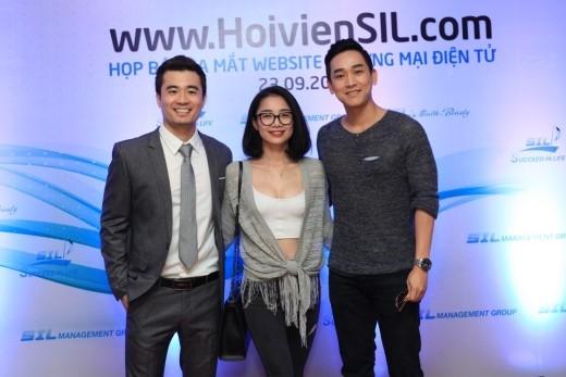 Diễn viên Hứa Vĩ Văn cùng bạn gái tin đồn Minh Khuê chụp ảnh cùng ông Trịnh Khắc Huy – Nhà sáng lập thương hiệu SIL.