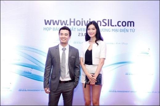 Hoa hậu Thùy Dung chụp ảnh cùng ông Trịnh Khắc Huy – Nhà sáng lập thương hiệu SIL.