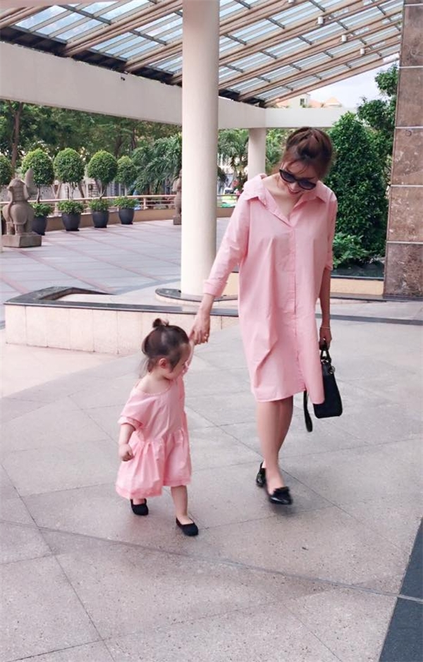 Hai mẹ con Elly Trần tươi tắn dạo phố. - Tin sao Viet - Tin tuc sao Viet - Scandal sao Viet - Tin tuc cua Sao - Tin cua Sao