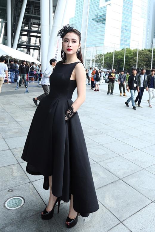 Angela Phương Trinh gây ấn tượng mạnh khi mang đến vẻ ngoài thanh lịch, sang trọng theo phong cách cổ điển. Cô chọn bộ váy mullet tông đen của nhà thiết kế Đỗ Mạnh Cường kết hợp cùng mũ lưới công nương.