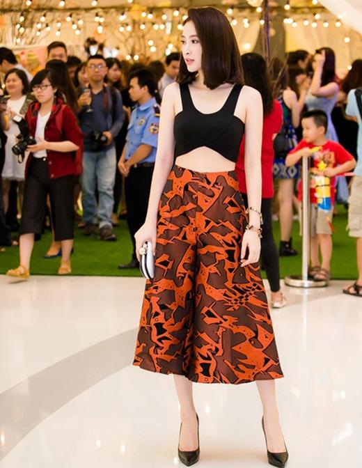 Trước đó, trong một sự kiện tại TP.HCM, Angela Phương Trinh cũng khiến mọi người xung quanh không thể rời mắt khi mang đến hình ảnh trẻ trung, gợi cảm với áo crop top cùng chân váy cam họa tiết.