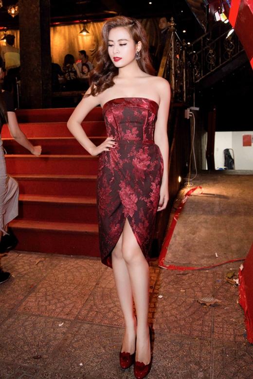 Hoàng Thùy Linh đơn giản nhưng vô cùng sang trọng, quyến rũ với phom váy cúp ngực, xẻ tà độc đáo. Sự kết hợp đan xen giữa những họa tiết tông đen cùng sắc đỏ rượu nồng nàn càng giúp nữ ca sĩ Hà thành trở nên thu hút hơn.