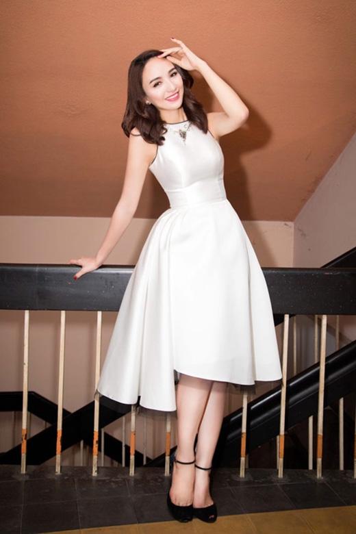 Hoa hậu Du lịch Việt Nam 2008 Ngọc Diễm cũng không hề kém cạnh khi chọn chiếc váy trắng đơn giản, sang trọng của nhà thiết kế Lê Thanh Hòa.